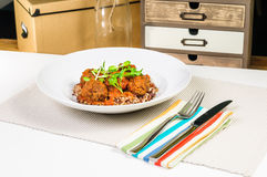 Almôndegas com arroz integral na placa branca Foto de Stock Royalty Free