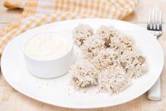 Almôndegas da carne com arroz branco e molho do iogurte Fotos de Stock