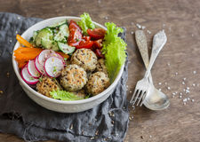 Almôndegas do Quinoa e salada vegetal Bacia em uma tabela de madeira, vista superior da Buda Saudável, dieta, conceito do aliment imagens de stock royalty free