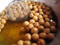 Almôndegas fritadas no óleo de ebulição Imagem de Stock Royalty Free