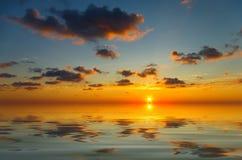 Сalm solnedgång med tillfälliga moln royaltyfria foton