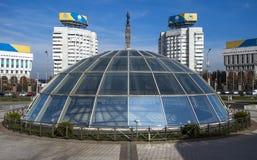 Alma Ata - het Vierkant van de Republiek en Monument van Onafhankelijkheid van Kazakhs Stock Foto
