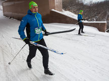 ALMA ATA, KAZACHSTAN - FEBRUARI 18, 2017: amateurcompetities in de discipline van langlaufski, onder de naam Stock Foto's
