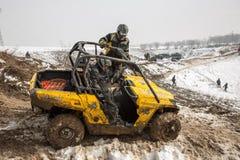 Alma Ata, Kazachstan - Februari 21, 2013. Het Off-road rennen op jeeps, de Autoconcurrentie, ATV. Stock Foto