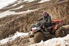 Alma Ata, Kazachstan - Februari 21, 2013. Het Off-road rennen op jeeps, de Autoconcurrentie, ATV. Traditioneel ras Royalty-vrije Stock Fotografie