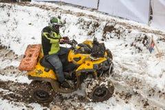 Alma Ata, Kazachstan - Februari 21, 2013. Het Off-road rennen op jeeps, de concurrentie van de Auto, ATV. Traditioneel ras Stock Fotografie