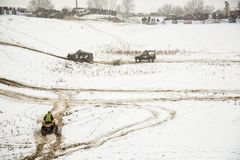 Alma Ata, Kazachstan - Februari 21, 2013. Het Off-road rennen op jeeps, de concurrentie van de Auto, ATV. Traditioneel ras Royalty-vrije Stock Foto
