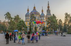 ALMA ATA, KAZACHSTAN - NOVEMBER 5, 2014: Mensen bij de Beklimmings Orthodoxe Kathedraal Royalty-vrije Stock Fotografie