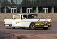 Alma Ata - Sovjet retro auto Chayka Royalty-vrije Stock Foto
