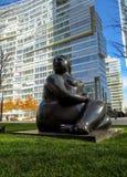 Alma Ata - Standbeeld van een Vrouw dichtbij Commercieel Centrum van Esentai Tower Stock Afbeeldingen