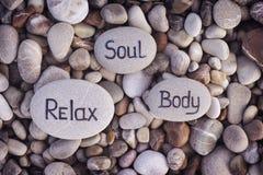 Alma, cuerpo y Relax de las palabras escritos en piedras Fotos de archivo