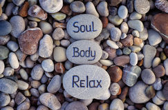 Alma, cuerpo y Relax de las palabras escritos en piedras Foto de archivo