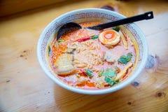 Alma japonesa dos macarronetes e sopa picante, Udong Ton Yum Kung alimento da fusão do alimento tailandês e japonês imagem de stock