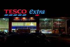 Almacén adicional de Tesco en la noche imagen de archivo libre de regalías