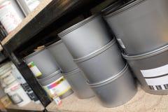 Almacén con las latas de la pintura en los estantes Foto de archivo libre de regalías