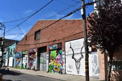 Almacén con los murales, 1 del ladrillo rojo de San Francisco de la calle de Langton Foto de archivo libre de regalías