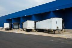 Almacén de distribución grande con las puertas para las cargas y los camiones imagenes de archivo
