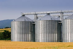 Almacén de grano en paisaje rural Imagen de archivo libre de regalías