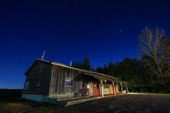 Almacén de la granja en la noche. Imagen de archivo