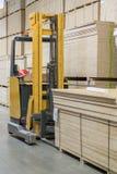 Almacén de los materiales de construcción de la plataforma del cargador de la carretilla elevadora, concepto de la logística, con foto de archivo