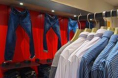 Almacén de ropa Foto de archivo libre de regalías