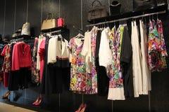Almacén de ropa de las mujeres Fotografía de archivo