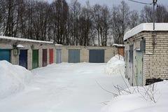 Almacén del ladrillo con las puertas del hierro en invierno Foto de archivo