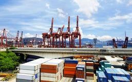 Almacén del puerto con los envases y los cargces industriales fotografía de archivo libre de regalías