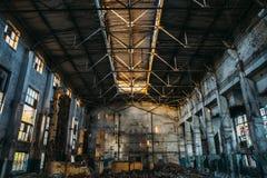 Almacén espeluznante industrial abandonado dentro del edificio oscuro viejo de la fábrica del grunge Foto de archivo libre de regalías