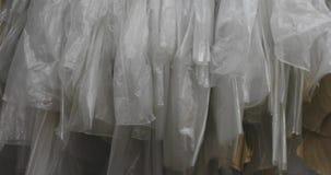 Almacén estorbado en fábricas de la ropa almacen de metraje de vídeo