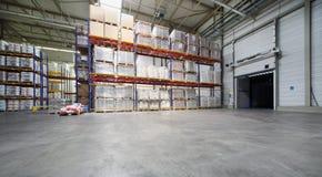 Almacén grande con los estantes en la fábrica de Caparol Imagen de archivo