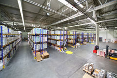 Almacén grande con los estantes en la fábrica de Caparol Imagen de archivo libre de regalías