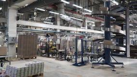 Almacén logístico y de distribución clip Almacén vacío por completo del cargo Cajas de cartón Filas de estantes con el papel metrajes