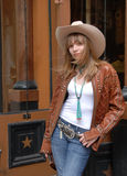 Almacén occidental del desgaste de la chica joven que hace compras Fotos de archivo libres de regalías