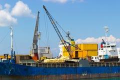 Almacén portuario con el cargo imagen de archivo