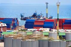 Almacén portuario con los cargces y los envases Foto de archivo libre de regalías