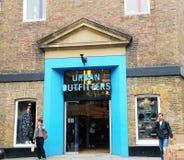 Almacén urbano de los vendedores de ropa confeccionada para caballero en Londres. Imagen de archivo libre de regalías