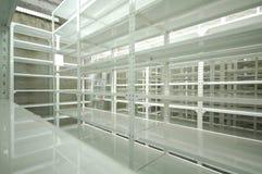 Almacén vacío, estantes del almacenamiento Fotos de archivo libres de regalías