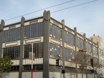 Almacén viejo con las ventanas sucias en una zona urbana Fotografía de archivo libre de regalías