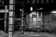 Almacén viejo en el mal estado, interior constructivo abandonado Imagen de archivo