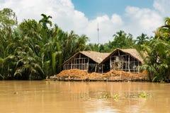 Almacén viejo para los cocos procesados en el delta del Mekong Imagenes de archivo