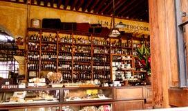 Almacen Troccoli i Antigua, Guatemala Arkivfoton