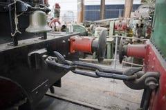 Almacenadores intermediarios, cadena y campana rojos y negros foto de archivo