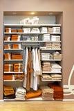 Almacenaje de las toallas Fotos de archivo