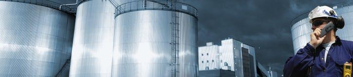 Almacenaje del petróleo y de combustible con el trabajador Imagen de archivo libre de regalías