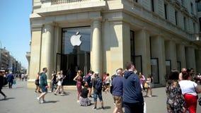 Almacenaje informático de Apple Computer en los centenares centrales de Barcelona de gente metrajes