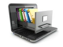 Almacenamiento de datos. Ordenador portátil y gabinete de fichero con las carpetas de anillo. Imágenes de archivo libres de regalías