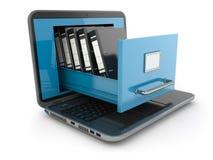 Almacenamiento de datos. Ordenador portátil y gabinete de fichero con las carpetas de anillo.