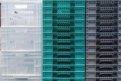 Almacenamiento de la pila de las nuevas cajas blancas, grises y azules coloridas del envase de pl?stico imagenes de archivo