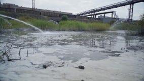 Almacenamiento de las aguas residuales de la explotación minera y de la planta de tratamiento almacen de video
